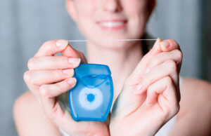 Очищение зубного ряда с помощью флосса