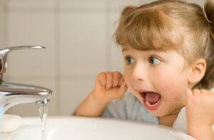 Очистка межзубных щелей у детей