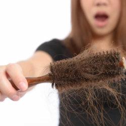 Сильное выпадение волос у женщин, признаки болезни, полезные советы и рекомендации