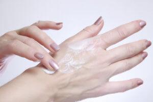 Сухая кожа рук, трещины: какие средства могут помочь