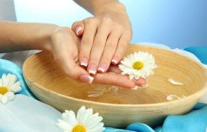 Народные средства для устранения неглубоких трещин на коже рук