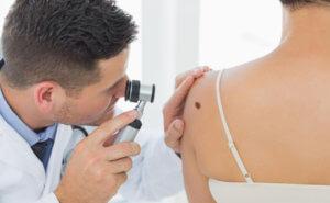 Осмотр больного с кожным заболеванием