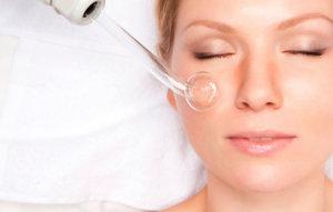 Воздействие переменным током на лицо при помощи аппарата Дарсонваль